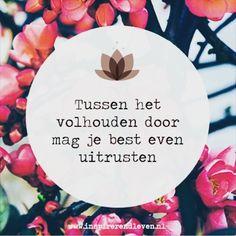 En precies daarom rusten we vandaag lekker een uurtje langer uit. Wat zijn jouw plannen? Fijne zondag! ♡ Favorite Quotes, Best Quotes, Love Quotes, Inspirational Quotes, More Than Words, Some Words, Happy Quotes, Positive Quotes, Dutch Quotes