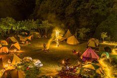 女性のためのグランピング施設「REWILD RIVER SIDE GLAMPING HILL」養老渓谷に誕生。 – #casa Outdoor Life, Outdoor Gear, Fairy Lights, Glamping, Tent, Scenery, World, Painting, Design