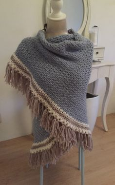 Heerlijke wame gehaakte omslagdoek Crochet Poncho, Diy Crochet, Cowl Scarf, Crochet Accessories, Beautiful Crochet, Shawls And Wraps, Scarves, Beautiful Women, Tricot