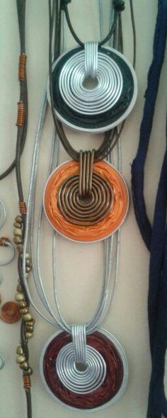 Collares hechos con cápsulas recicladas de nespresso y alambre