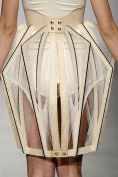 art fashion white show skirt cream web runway creme beige spider couture mode fashion week catwalk fashion show blanc Jupe Araignée enfant-symptome Geometric Fashion, 3d Fashion, Catwalk Fashion, Fashion Details, Skirt Fashion, Fashion Show, Fashion Design, Leather Fashion, Amsterdam Fashion