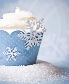 Snowflake Cupcakes for Christmas: This beautiful Snowflake Christmas Cupcake make yummy deserts for this Christmas Eve party.