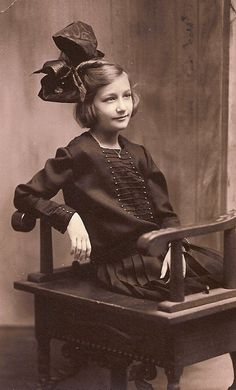 :::::::::: VIntage Photograph :::::::::: Choosing to ignore the ridiculously sized bow on her head, she looks slightly amused with the world and very composed and self assured for one so young. Vintage Children Photos, Vintage Girls, Vintage Pictures, Old Pictures, Vintage Images, Old Photos, Vintage Outfits, Antique Photos, Vintage Photographs