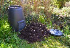 How to build an Easy Wooden Compost Bin using pallets. A pallet compost bin takes ten minutes to build & creates space for converting waste to compost. Diy Herb Garden, Garden Yard Ideas, Garden Boxes, Garden Projects, Wooden Compost Bin, Art Mur, Farming Ideas, Kitchen Waste, Plein Air