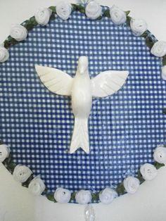 Mandala de Divino Espírito Santo trabalhada em tecido de algodão, flores de tecido, linha de bordar e peças para bijuteria.  Divino em resina branca.  Peça única.  diâmetro: 17,50 cm R$ 48,00