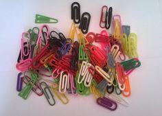 Clips coloridos e de diversos tamanhos e formas.