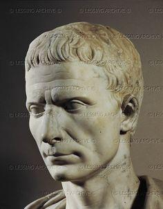 Gaius Julius Caesar (100-44 a.C.) - generale, scrittore, oratore, uno dei personaggi più grandi della storia di Roma; conquistò la Gallia, dall'Atlantico al Reno, portò le legioni in Spagna, Egitto, Grecia e Africa. Fu accoltellato alle Idi di Marzo del 44 a.C. da un gruppo di consoli conservatori