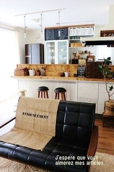 コーヒーポットや、所どころに置かれた雑貨達がカフェの雰囲気を出していますね…。 ちょこんと腰かけられる椅子をふたつ並べて… こんな素敵な空間でティータイム出来たら素敵ですね~♡