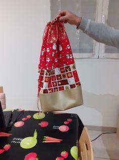 Et si cette année vous confectionniez une hotte de Noël en tissu pour placer tous les cadeaux au pied du sapin ou décorer votre intérieur à l'occasion des fêtes ? Ce tuto couture est gratuit. Occasion, Tutorial Sewing, Fume Hood, Fir Tree, Tutorials, Gifts, Sewing