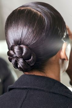 50 Easy + Chic Summer Hairstyles For Right Now - Chic and sleek bun for the office Heatless Hairstyles, Daily Hairstyles, Holiday Hairstyles, Summer Hairstyles, Braided Hairstyles, Cool Hairstyles, Humidity Hairstyles, Braided Chignon, Types Of Hair Braids