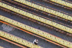 IlPost - Un cameriere prepara i tavoli per una cena delle contrade durante il Palio di Siena, 15 agosto 2011. (FABIO MUZZI/AFP/Getty Images) - Un cameriere prepara i tavoli per una cena delle contrade durante il Palio di Siena, 15 agosto 2011. (FABIO MUZZI/AFP/Getty Images)