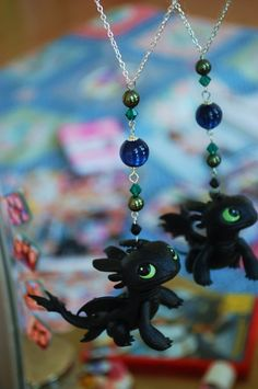 Toothless necklace from HTTYD. Toothless And Stitch, Toothless Dragon, Hiccup And Toothless, Httyd, How To Train Your, How Train Your Dragon, Train Dragon, Dragons, Biscuit