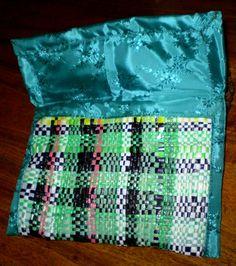 Bolso pequeño de material reutilizado (bolsas de polietileno de colores) cortado en tiras para tejer en un bastidor, forrado en género.