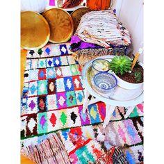 Definitiv Gute-Laune-Alarm! Unsere farbenfrohen #Boucherouite lassen nicht nur eure Wohnung erstrahlen sondern auch die Herzen. Überbleibseln der Textilherstellung oder aber ausrangierte Kleidung werden von den begabten Frauen zu wahren Kunstwerken geknüpft. Mit einem unserer Boucherouite unterstützt ihr somit nicht nur unsere soziale Initiative sondern ihr entscheidet euch auch für #Nachhaltigkeit Was will man mehr?  #conscious #sustainability #recycled #handmade #artwork #boucherouite…