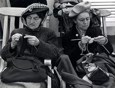 Ilse Bing: Two Women Knitting (1947).