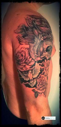 tatuaż na ramieniu wykonany w studiu TIME4TATTOO www.time4tattoo.pl #tatuazmotywroz #tatuazmotywgolebia #tatuazczaszka #tatuaznaramieniu #armtattoo #rosetattoo #dovetattoo #skulltattoo #time4tattoo