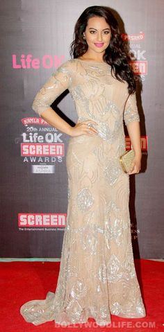 Sonakshi Sinha looks sizzling in a nude and silver Amit GT and a Pinky Saraf clutch at LifeOk Screen Awards!