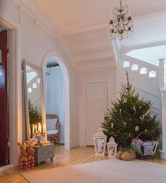 Another clever stairway design. Swedish Christmas, Merry Little Christmas, Noel Christmas, Scandinavian Christmas, Rustic Christmas, Winter Christmas, Vintage Christmas, Merry Xmas, Bohemian Christmas