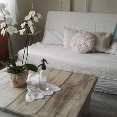 Sokkal jobban érvényesül az új színnel az öreg asztalunk, ugye? #trilak #bondex #palaszürke #ournestisbest #bondexvintage #upcycledfurniture #ikea #bedinge Ikea, Lounge, Couch, Photo And Video, Baby, Furniture, Instagram, Home Decor, Chair