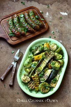 grillowane cukinie i kiełbaski w zielonym sosie