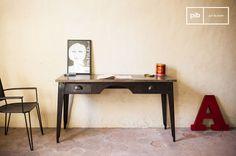 Wil je een werkplek creëeren in de woonkamer? Kies dan voor een bureau van hout en metaal. De lades zijn perfect om bureauspullen en documenten in op te bergen.