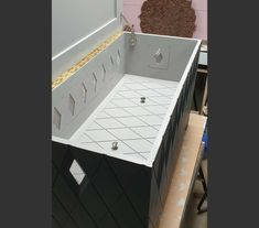 Mid grey interior with diamond grooves. Internal lid reveals lower storage area. This affords protection and separation.