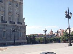 Una vista lateral del Palacio Real. A cerca de el palacio había de tamaño natural (life size) y más grande de muchos personajes famosos de la época. Fue construido en 1931.