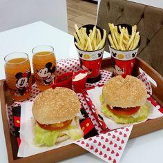 A imagem pode conter: comida Party Food Platters, Veg Dishes, Disney Kitchen, Night Snacks, Food Goals, Decoration Table, Perfect Food, Creative Food, Food Design