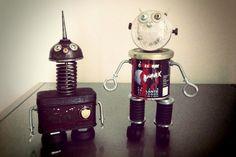 """""""AdottaunRobot.com è la prima Casa Adozioni di Robot da compagnia al mondo. Qui trovano posto Robottini Orfani del progresso industriale, del consumismo, del merchandising, dei retro computer e della tecnologia in disuso"""", così scrive sul sito del progetto Massimo Sirelli, di"""