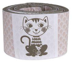Rosa og hvit sengekant med katt