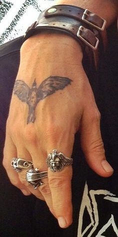 does anyone else notice the tonto ring on his index finger johnny depp crow tattoo Love Tattoos, New Tattoos, Hand Tattoos, Tattoos For Guys, Crazy Tattoos, Eagle Tattoos, Johnny Depp Tattoos, Dibujos Tattoo, Sparrow Tattoo