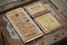Chase Kettl hat diese Einladungen für ihre eigene Hochzeit gemacht. Zunächst wurden sie in Illustrator entworfen und dann mit Laser in dünne Holzbrettchen eingraviert. Für die Rückseite wurde Papier bedruckt und in die Holzbrettchen eingesteckt. Die Einlad