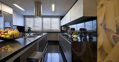 Cozinha preta com branco
