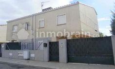 Chalet adosado en la localidad de Camarenilla con 110 m² repartidos en 3 habitaciones, 2 baños completos, salón comedor y cocina independiente.
