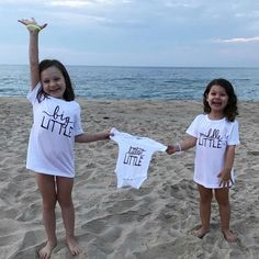 sibling pregnancy announcement idea Family photos at the beach pregnancy announcement idea // Beach Gender Reveal, Sibling Gender Reveal, Gender Reveal Outfit, Sibling Baby Announcements, Beach Pregnancy Announcement, Baby Announcement Pictures, Sibling Maternity Photos, Third Pregnancy, Pregnancy Workout