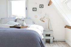 KARWEI |Aflevering 7: De combinatie van wit en blauwtinten creëert een rustige sfeer om heerlijk te ontspannen. #karwei #vtwonen #doehetzelf #diy #slaapkamer #zolder