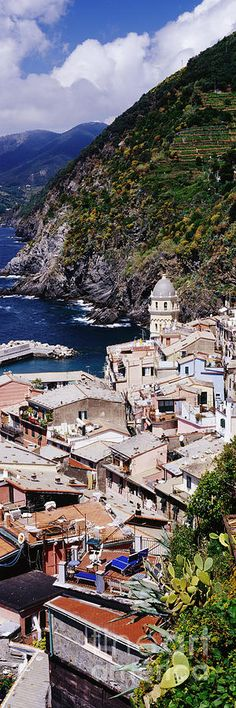 Cinque Terre's town of Vernazza , Italy