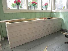 Talo maalla: Säilytyspenkki Beach Hut Decor, Home Bar Rooms, Kitchen Benches, Screened In Porch, River House, Construction, Outdoor Furniture, Outdoor Decor, Wood Pallets