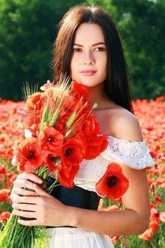 Girl in poppy field ©Olena Zaskochenko Love Flowers, My Flower, Beautiful Flowers, Beautiful Pictures, Estilo Cowgirl, Foto Pose, Red Poppies, Belle Photo, Beauty Women