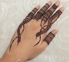 Mehndi is an important part of every Muslim woman's eid look adding to the beauty and grace of hands and feet. If you havent yet finalized your eid mehndi design then I bring to you some of the latest henna patterns to try out this year for bakra eid. Modern Henna Designs, Latest Henna Designs, Henna Tattoo Designs Simple, Finger Henna Designs, Beginner Henna Designs, Indian Mehndi Designs, Henna Art Designs, Stylish Mehndi Designs, Mehndi Designs For Girls