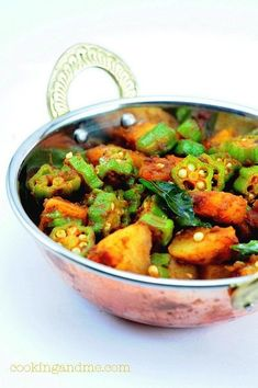 Aloo Bhindi - dry curry with Okra and Potatoes and some Indian spices Potato Recipes, Veggie Recipes, Indian Food Recipes, Soup Recipes, Vegetarian Recipes, Cooking Recipes, Veg Dishes, Food Dishes, Side Dishes