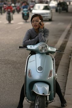 Vespa Girl Best Scooter, Scooter Girl, Vespa Gtv, Vespa Special, Old Motorcycles, Vespa Scooters, Moto Style, The Most Beautiful Girl, Cool Cars