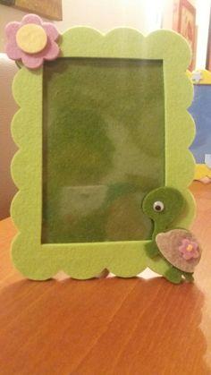 Portafoto feltro tartaruga Felt Crafts, Diy And Crafts, Crafts For Kids, Photo Frame Design, Food Art For Kids, Frame Crafts, Diy Photo, Kids Learning, Biscuit