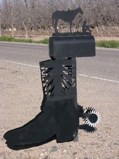 This metal cowboy boot mailbox is durable and will withstand the elements. Country Mailbox, Mailbox Ideas, Vintage Mailbox, Funny Mailboxes, Unique Mailboxes, Painted Mailboxes, Custom Mailboxes, You've Got Mail, Ranch