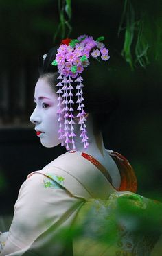 geisha-licious: Tomoyuki (i'm truly in love with this photo) I couldn't find the original source, so I can only guess the date of theis photo. Since Tomoyuki is only painting her lower lip in this photo (they usually don't do this in Pontocho), I guess she is either a Minarai here or the photo was taken shortly after her Misedashi. -> February 2007