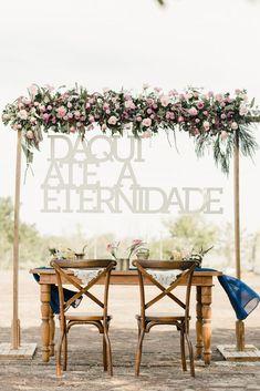 Decoração da mesa dos noivos ou backdrop para foto ou cerimonia de casamento