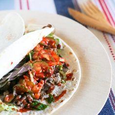 DIY Korean bulgogi taco bar is delicious Korean mexican fusion dish. It's loaded with juicy Korean BBQ beef, Korean pickles and salads! Korean Bbq Beef, Korean Bulgogi, Korean Food, Korean Appetizers, Asian Tacos, Bulgogi Recipe, Korean Kitchen, K Food, Cooking