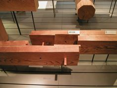 A rabbeted splice joint uses 90 degree angles and dowels to lock different timbers together. This makes it possible to span greater distances with shorter timbers.