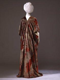 Kimono cloak in crimson silk velvet printed in gold, to imitate 15th century velevets; Mariano Fortuny y Madrazo (1871-1949), Venezia, 1910 ca. Collection Galleria del Costume di Palazzo Pitti. All rights reserved.