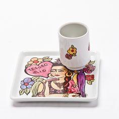 Prato e canequinha com o tema Frida Tesoro mio! #porcelana #porcelanadecorada #porcelanapersonalizada #decoração #decor #pintadoamão #feitoamão #brasil #brazil #homedecor #porcelain #FridaKahlo #Frida #flowers #flores #quote